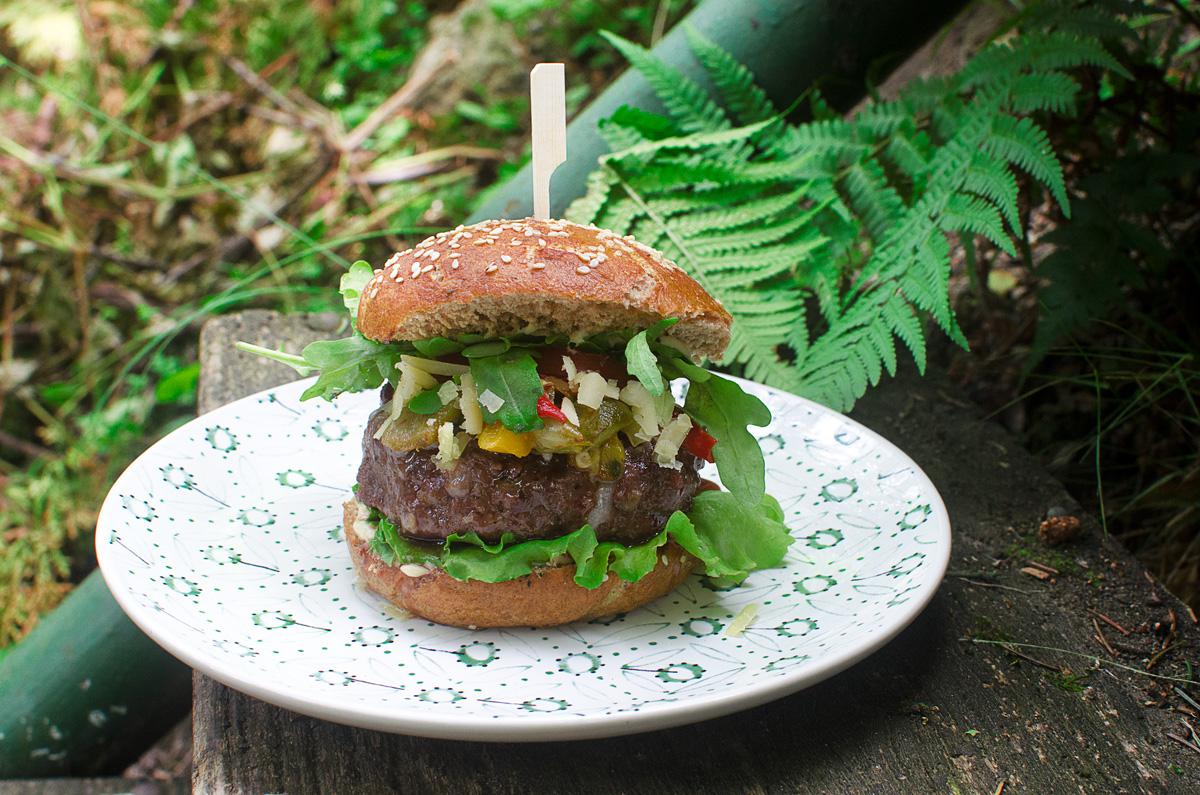 Hamburger s pečenými paprikami