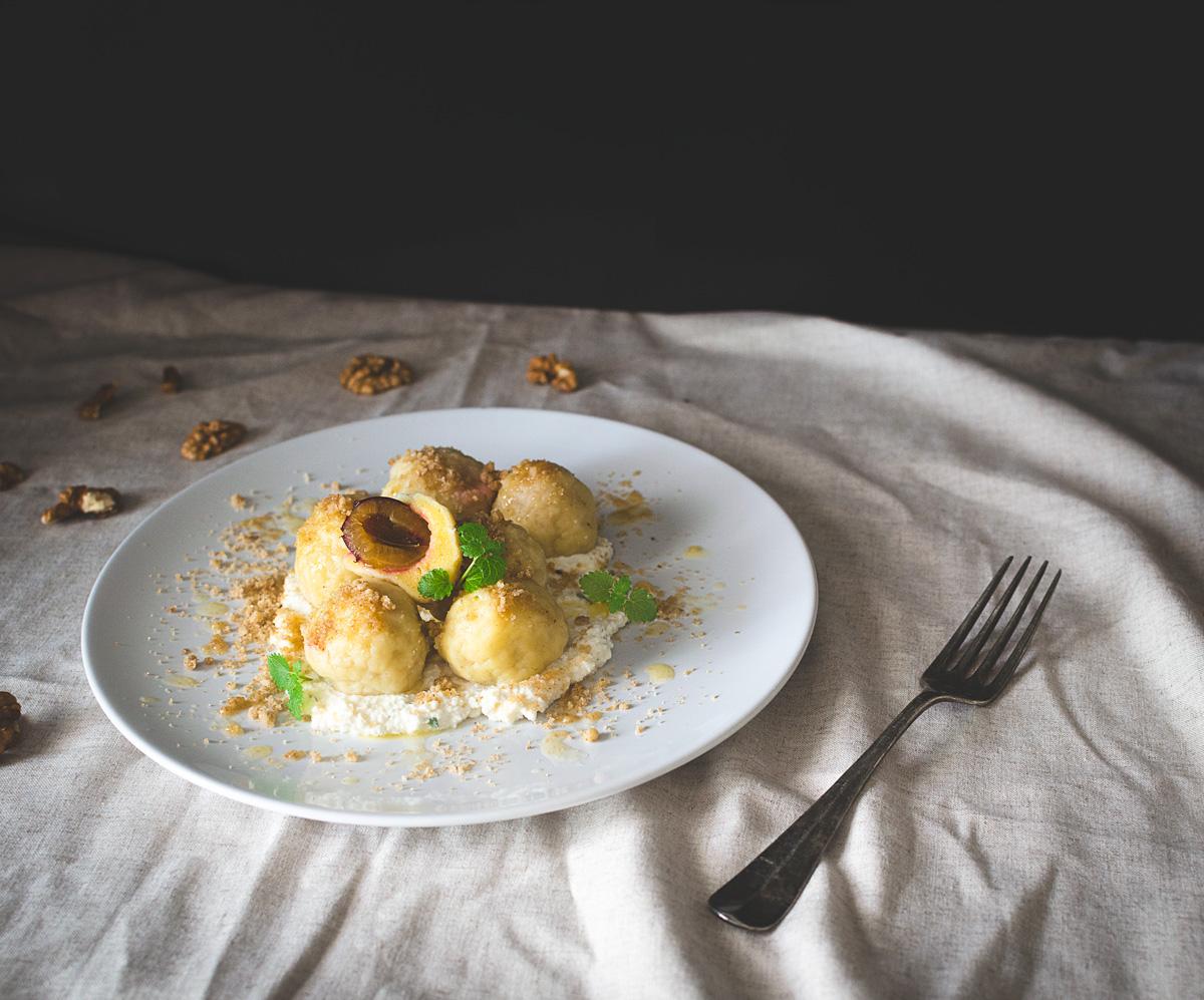 Slivkové gule s medovkovým tvarohom a opekanými orechami | Recept