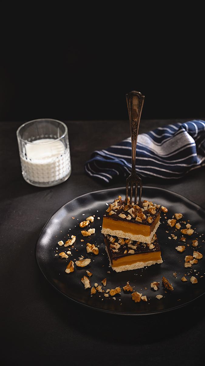 Karamelový koláč s vlašskými orechami