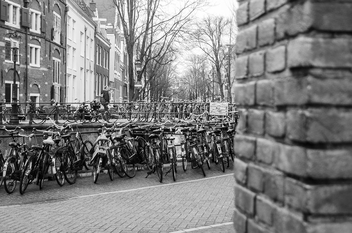 Amsterdam - Parkovisko bicyklov na každom rohu.