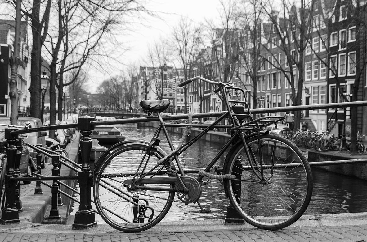 Amsterdam - Osamelý bicykel. Poviem vám, že toto je v Amsterdame nevídaný jav.